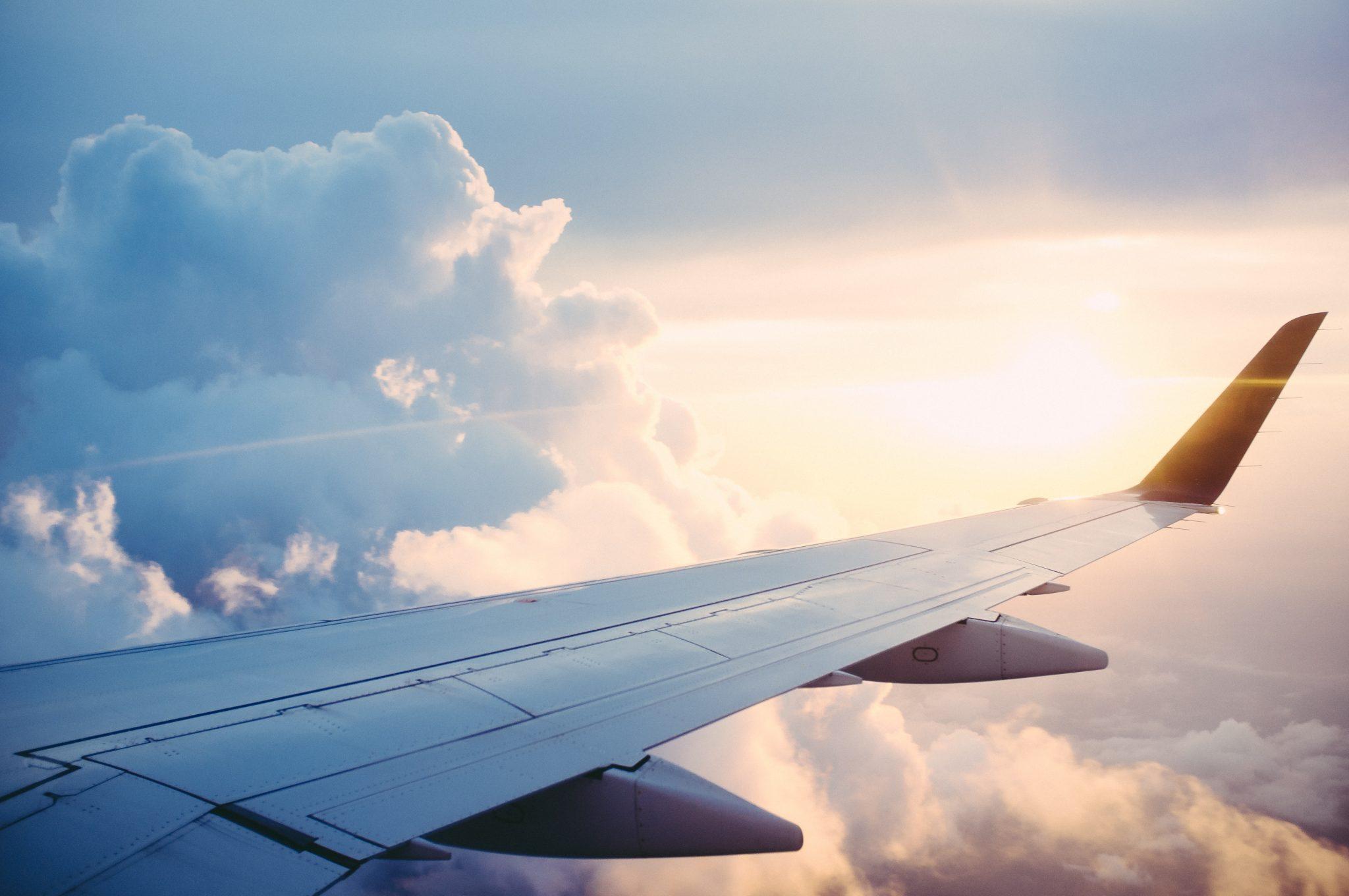 Tragfläche eines Flugzeugs am Himmel